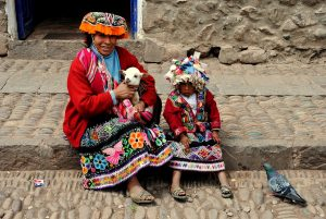 Resumen de la encíclica Laudato si. Foto de una mujer y una niña con trajes típicos de Perú