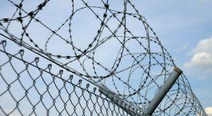 Resumen de la encíclica Laudato si. Foto de una alambrada (parece la valla de Melilla)