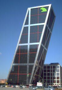 Resumen de la encíclica Laudato si. Foto de una de las torres Kio de Madrid, sede de lo que era Caja Madrid. La foto dice: My beautiful picture