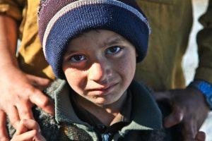 Resumen de la encíclica Laudato si. Fotografía de un niño pobre con rostro compungido