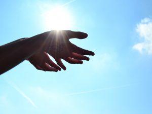 Resumen de la encíclica Laudato si. Manos tendidas al cielo (foto)