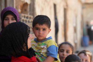El drama de los refugiados. Foto de niño sirio en brazos de su madre con más personas