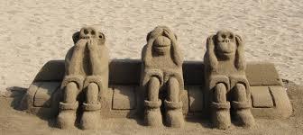 Oír, ver y callar. Figuras hechas en la arena