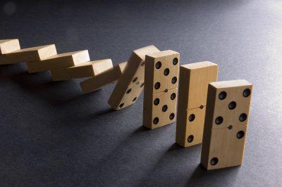 Fotografía que representa el efecto dominó