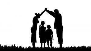 Sínodo de la familia 2015. Silueta que representa a una pareja cobijando a unos niños