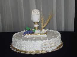 Tarta blanca con unas figuras encima, que dejan ver claramente que se trata de una tarta preparada para la celebración de una primera comunión