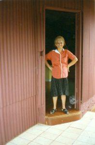 Una santa de nuestros días. Foto de Doña Elvira en la puerta de su casa