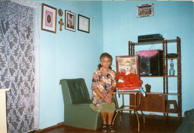 Doña Elvira en el salón de su casa
