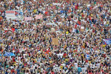 Fotografía en la que aparece una multitud en la que no se distingue nada. Corresponde a la JMJ que tuvo lugar en Madrid en 2011