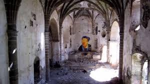 Fotografía del interior de una iglesia abandonada y casi en ruinas