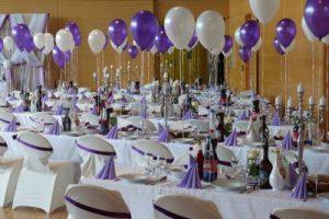 Por tantos. Fotografía en la que aparece un restaurante preparado para una celebración de primeras comuniones.