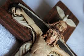 Crucifijo en el que vemos al Padre crucificado con el Hijo y el Espíritu Santo en forma de paloma posado sobre la cabeza del Padre