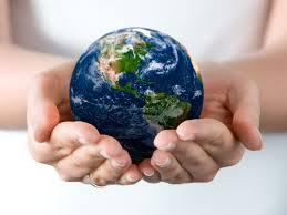 Un mundo pequeñito en las manos de una persona