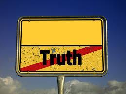 Placa que representa tachada la palabra Truth (verdad en inglés)