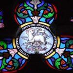 Vidriera en la que aparece Cristo como cordero