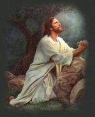 Imagen de Jesús orando de rodillas con los brazos apoyados sobre una piedra