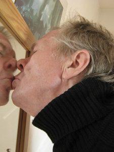 conversión. Fotografía de un hombre besándose en un espejo
