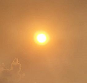 Brille así vuestra luz ante los hombres. El sol abriéndose paso entre el humo de un incendio (15 de agosto de 2021). Foto tomada en Cercedilla. El incendio era en la provincia de Ávila.