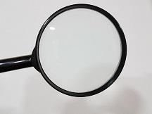 """Conocimiento interno del Señor. Fotografía de una lupa (""""buscar y hallar"""")"""