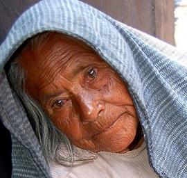 Resignación. Foto con el rostro de una anciana mendicante